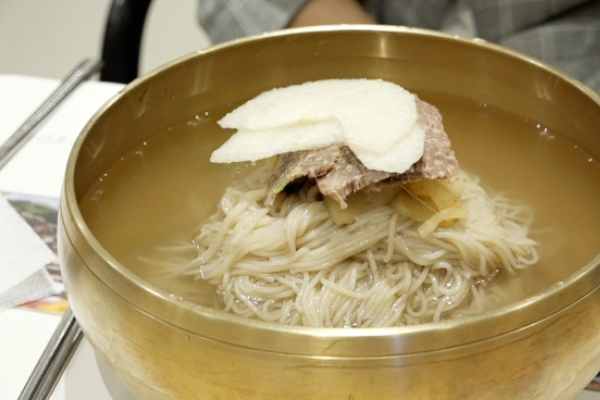 [Video] New generation of naengmyeon makers rises in stronghold of masters