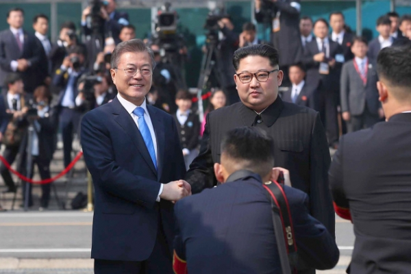 [Photo News] Moon, Kim shake hands in historic meeting at border