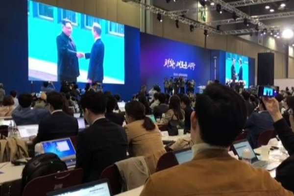 [Video] Main press center erupts into applause as inter-Korean summit kicks off