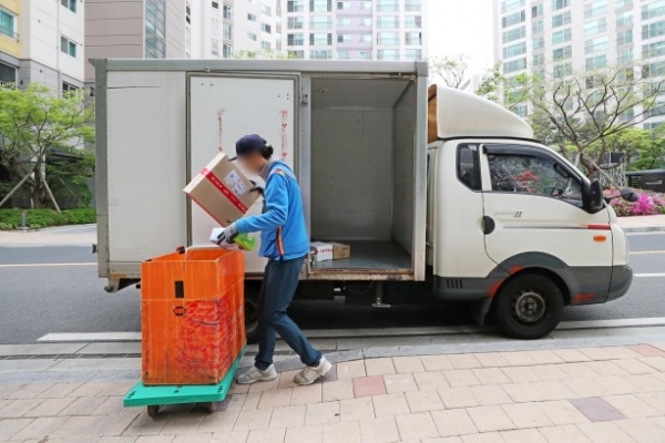 [Photo News] Package deliveries continue on Labor Day