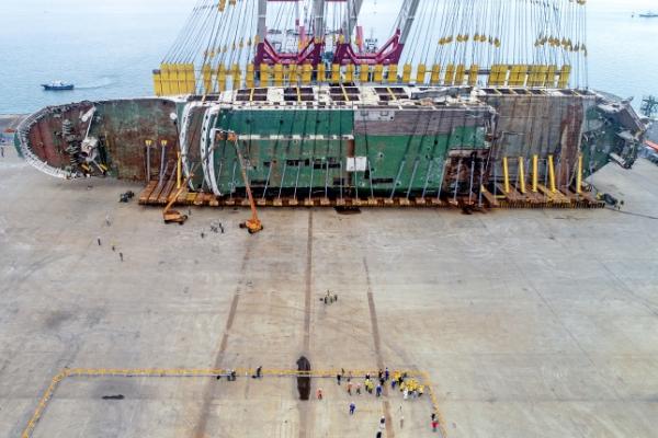[Photo News] Setting the Sewol ferry upright
