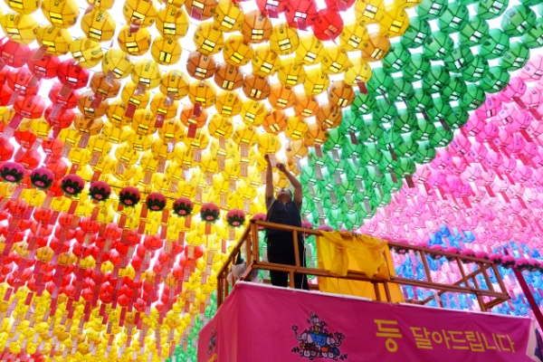 [Photo News] Temples don resplendent colors for upcoming 'Buddha's Birthday'