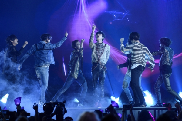 [Newsmaker] BTS becomes first K-pop act to top Billboard 200
