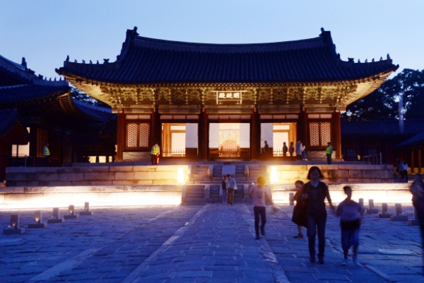 [Photo News] Royal palace under moonlight