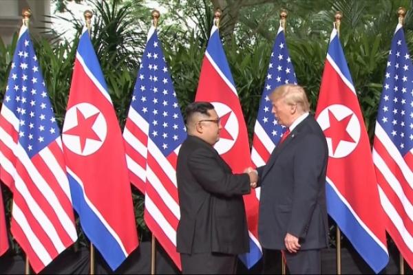 [US-NK Summit] Trump, Kim shake hands to open momentous summit