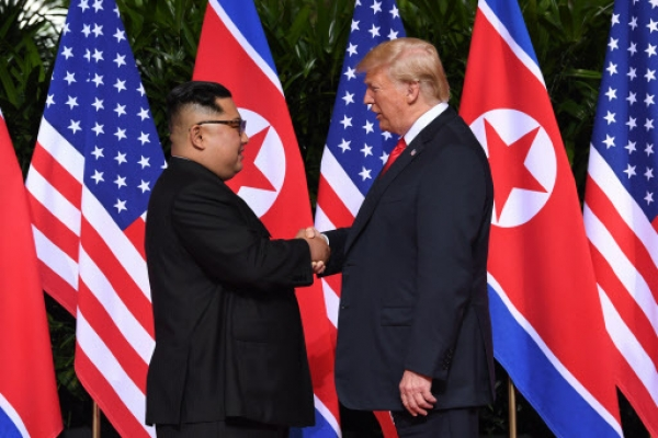 [Photo News] Trump, Kim lock hands, kicking off historic summit