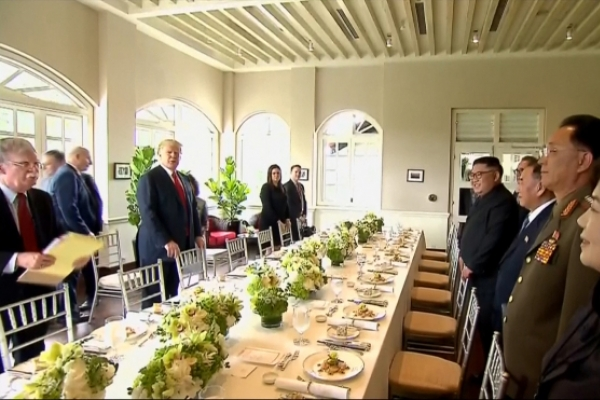 [US-NK Summit] Trump, Kim chat over lunch of beef short ribs