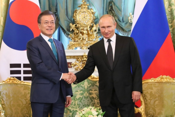 Moon, Putin vow efforts to launch FTA talks, boost cooperation