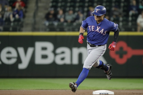 Rangers' Choo Shin-soo reaches twice to extend on-base