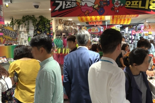 [Video] E-mart's new discount store attracts shoppers on opening day