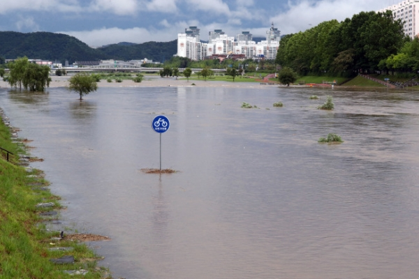 Heavy rain pounds Korea as Typhoon Prapiroon closes in