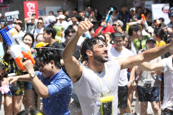 [Photo News] Water Gun Festival in Sinchon quenches summer heat