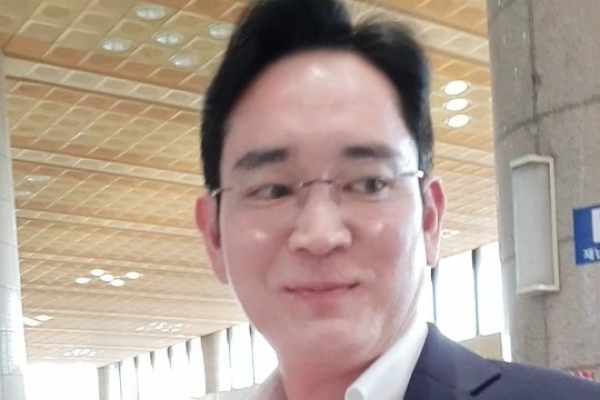 [Video] Samsung heir leaves for India with two missions