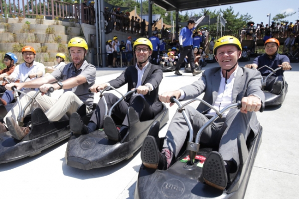 New Zealand envoy enjoys luge ride in Tongyeong