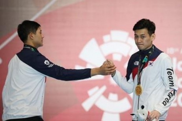 Korea picks up 3 gold medals in fencing, taekwondo
