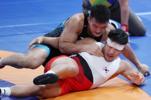 Greco-Roman wrestler Cho Hyo-chul wins gold in men's 97kg