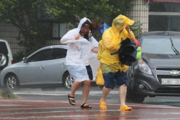 [Trending] Korea's residents rush to prepare for Typhoon Soulik