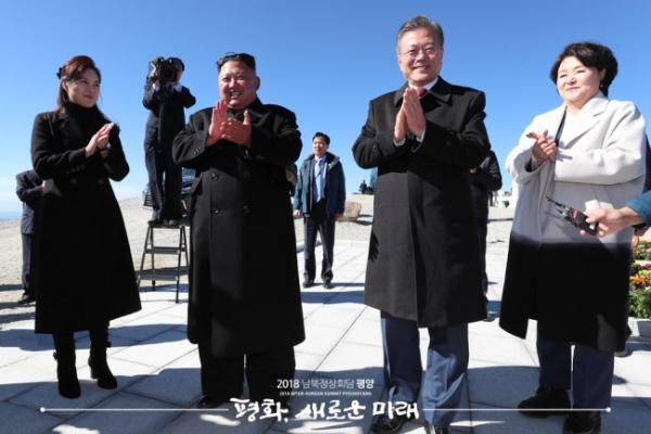[Photo News] Kim grants Moon's wish to climb Paektusan