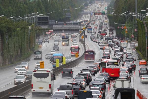 [Photo News] Chuseok travel rush begins Friday
