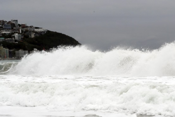 [Photo News] Typhoon Kong-rey heralds heavy downpour Saturday
