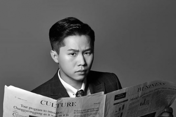 Korean TV stars pose with English newspaper