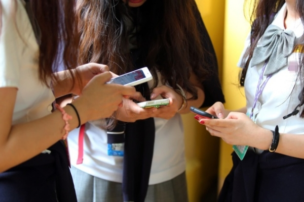 [Newsmaker] Koreans stressed out about group chats: surveys