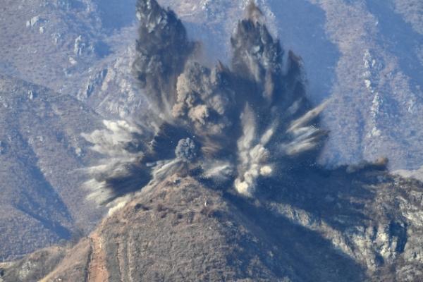 [Video] N. Korea destroys 10 DMZ guard posts