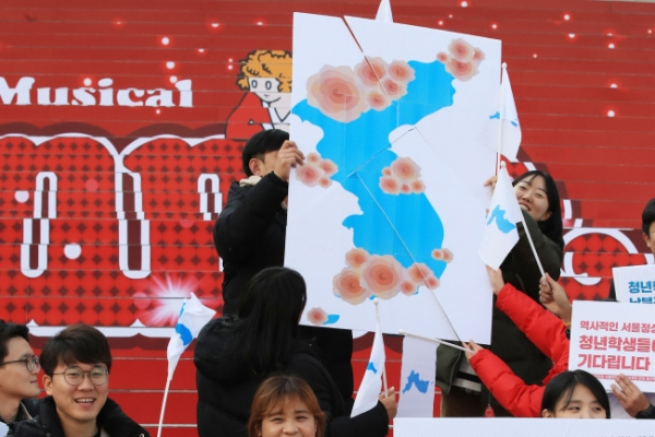 [Feature] Kim Jong-un's charm offensive enthralls some, angers others