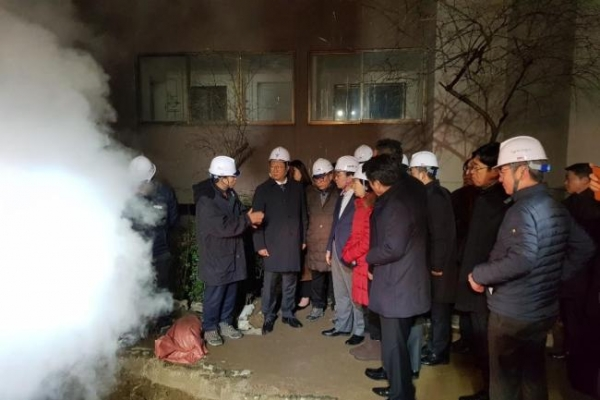Thousands spend night without heat after hot water pipe leaks in Mok-dong