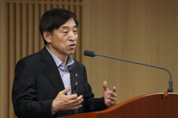 BOK chief warns of risk, lack of driver of economic growth
