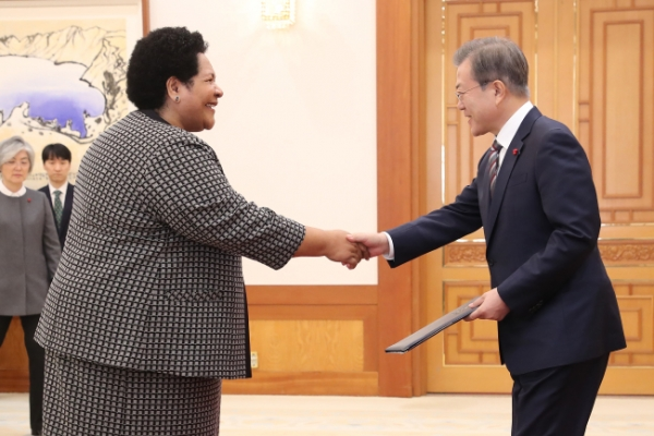President Moon receives six new ambassadors to Seoul