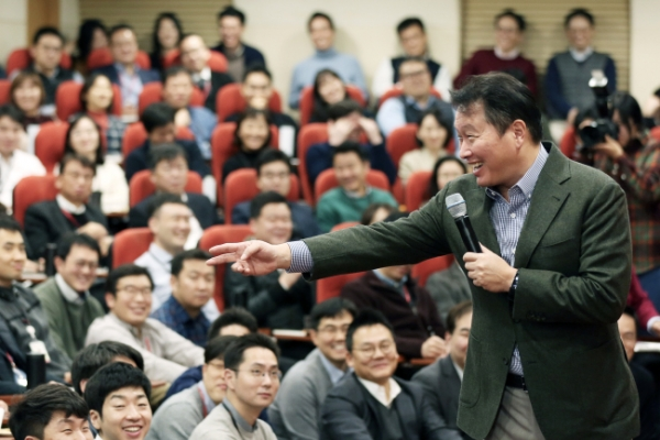 [Photo News] SK chief Chey holds talks with employees