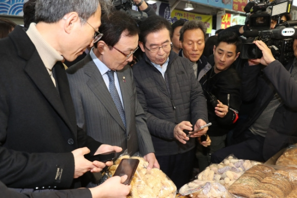 [Photo News] Seoul Mayor tests out Zero Pay mobile pay system