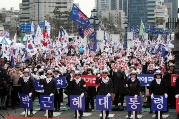 [From the Scene] Radical conservatives call for Park's release, condemn Moon