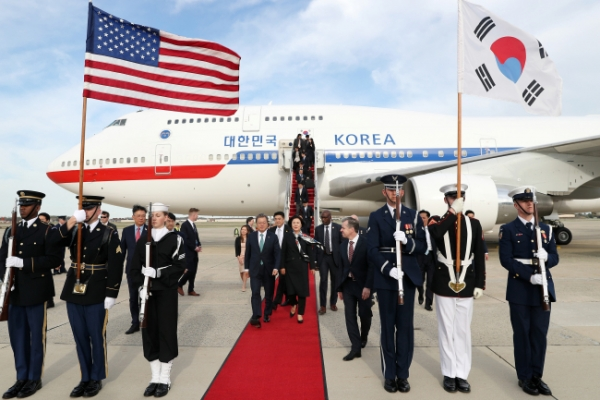 Moon arrives in US to meet Trump on stalled NK dialogue