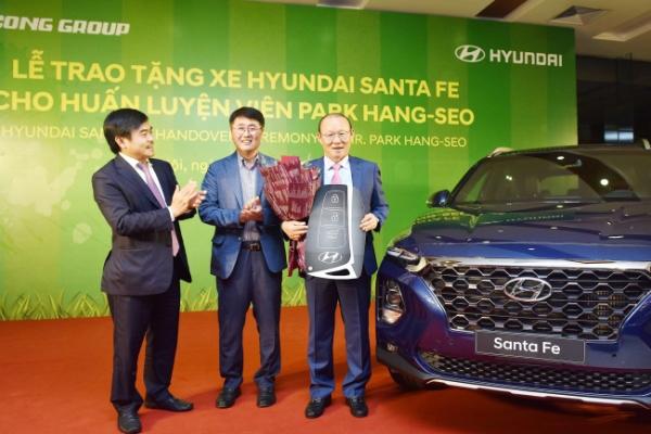 Hyundai presents Santa Fe to South Korean soccer head coach for Vietnam