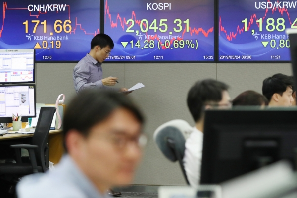 S. Korean stocks retreat, won dips amid US' threat to slap duties