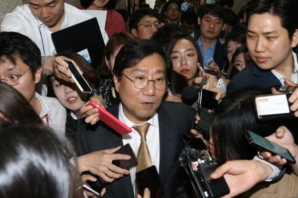 [Newsmaker] Controversy brews over meeting of NIS chief, Moon's confidant