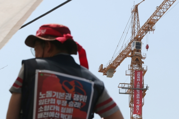 [Newsmaker] Tower crane workers stage all-out strike, halt construction nationwide