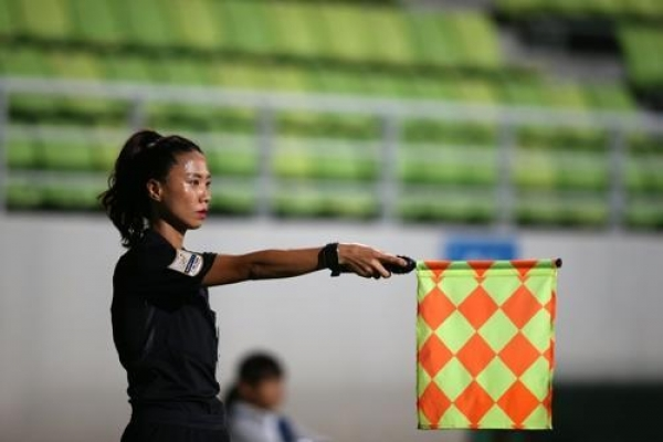 Referees from 2 Koreas to reunite in group stage match