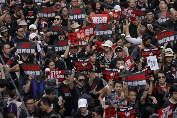 [Newsmaker] Huge crowds march in Hong Kong, piling pressure on leader