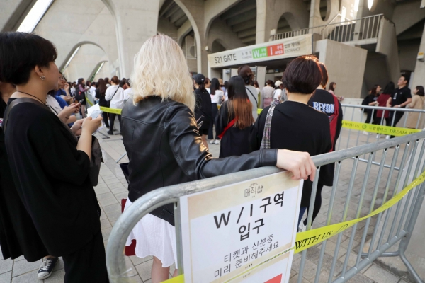 [Newsmaker] BTS fans complain of tight ID checks at Busan concerts