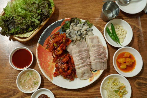 [Seoul Food Alley] Behind jewelry shops, pairing pork, kimchi and oysters in Jongno