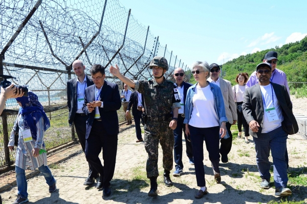 [Diplomatic circuit] Foreign minister, diplomats visit DMZ hiking trail