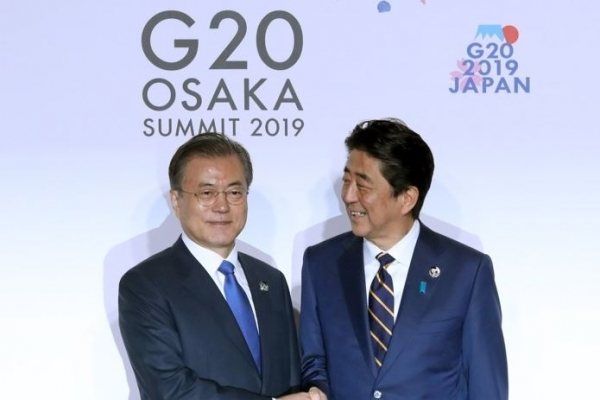 Moon greeted by Abe in G-20 opening ceremony