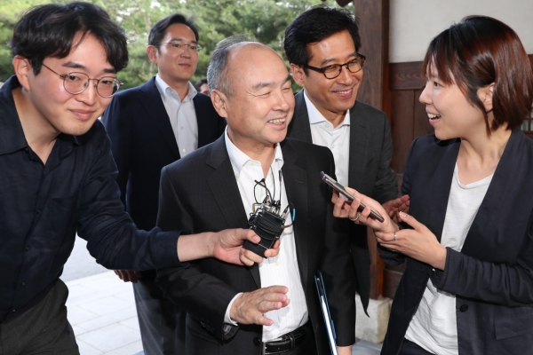 SoftBank chief considers joint investments on AI with Korean tech leaders