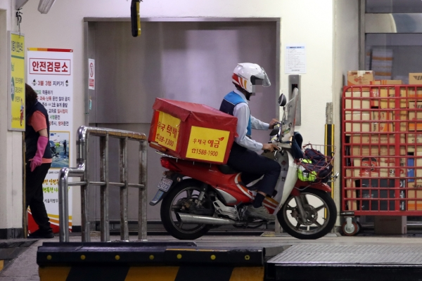 Korean Postal Workers' Union narrowly avoids all-out strike