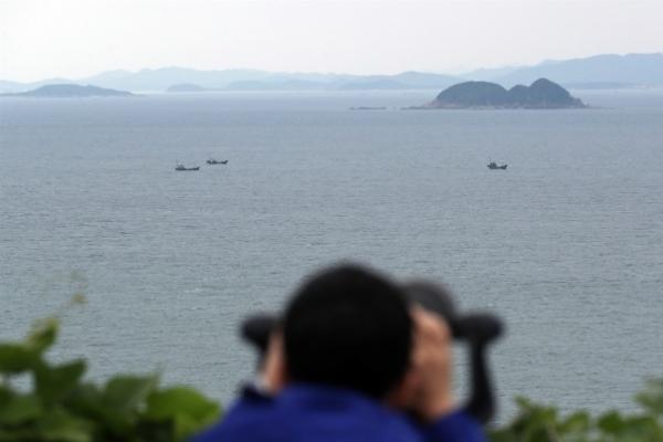 Military investigating report of periscope-like object  off Haengdam Island Service Area: JCS