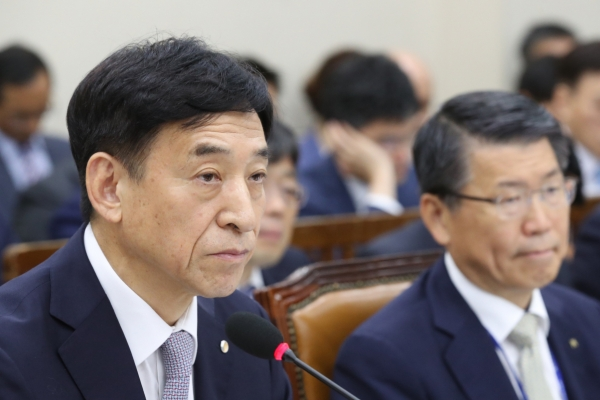 BOK chief hints at additional cut of growth outlook amid Japan factor