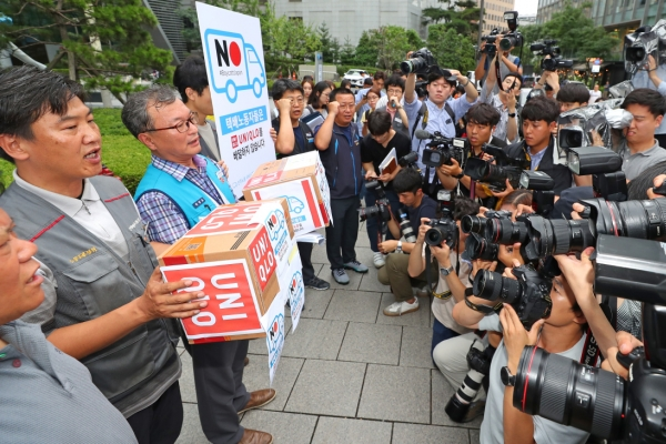 [Newsmaker] Union of delivery workers refuses to handle Uniqlo goods